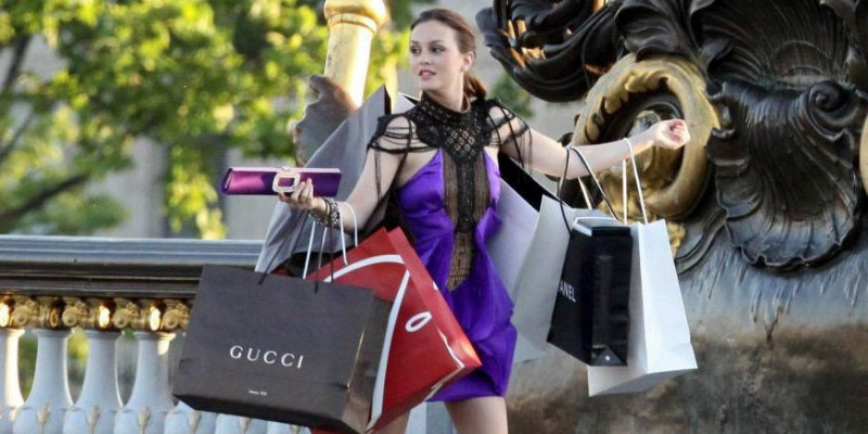 Gossip Girl character Blair Waldorf out shopping holding designer shopping bags